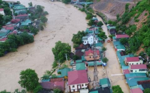 Mưa xối xả, nhiều tuyến đường tại thành phố Vinh bị nhấn chìm