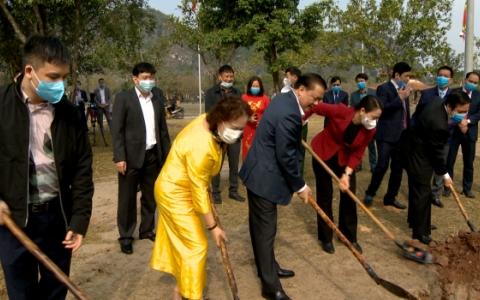 Bộ trưởng Đinh Tiến Dũng trồng cây tại Khu di tích lịch sử văn hóa Cố đô Hoa Lư