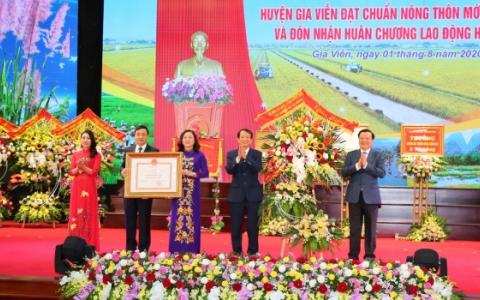 Gia Viễn đón Bằng công nhận huyện đạt chuẩn nông thôn mới và Huân chương Lao động hạng Nhì