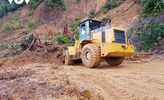 Đoàn cứu nạn của Quân đội đang tiếp cận hiện trường vụ sạt lở núi vùi lấp 55 người