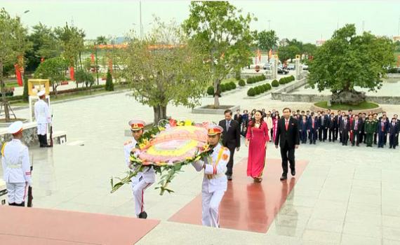 Đoàn Đại biểu dự Đại hội Đảng bộ tỉnh lần thứ XXII dâng hương tại Đài tưởng niệm liệt sĩ tỉnh