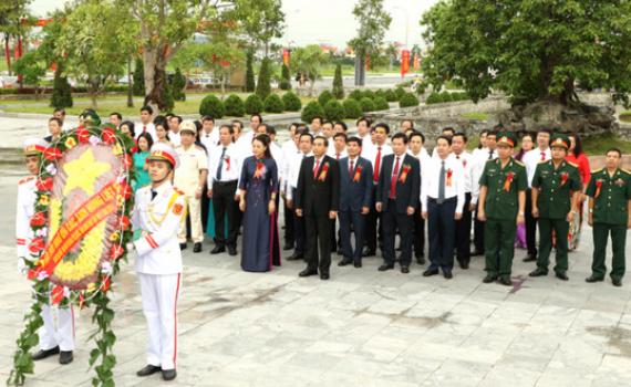 Đoàn đại biểu dự Đại hội Thi đua yêu nước tỉnh Ninh Bình lần thứ V dâng hương tưởng niệm các AHLS