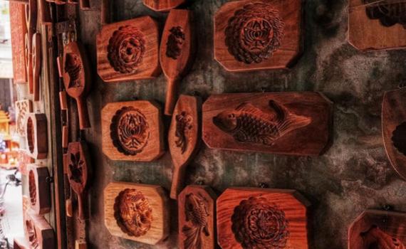Người thợ hơn 40 năm làm khuôn bánh trung thu: Muốn tồn tại thì phải sáng tạo
