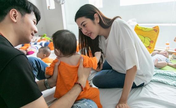 Thuý Vân rạng rỡ ở tháng cuối thai kỳ, cùng chồng đi làm từ thiện