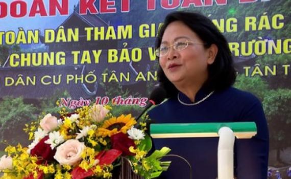 Phó Chủ tịch nước Đặng Thị Ngọc Thịnh và các đồng chí lãnh đạo tỉnh dự Ngày hội đại đoàn kết toàn dân tộc
