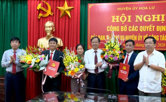 Huyện ủy Hoa Lư công bố các quyết định về công tác cán bộ