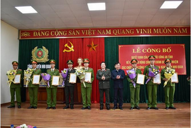 Đồng chí Nguyễn Ngọc Thạch, Phó Chủ tịch UBND tỉnh và đồng chí đại tá Phạm Văn Sơn, Giám đốc Công an trao Quyết định và tặng hoa chúc mừng các đồng chí Trưởng công an xã