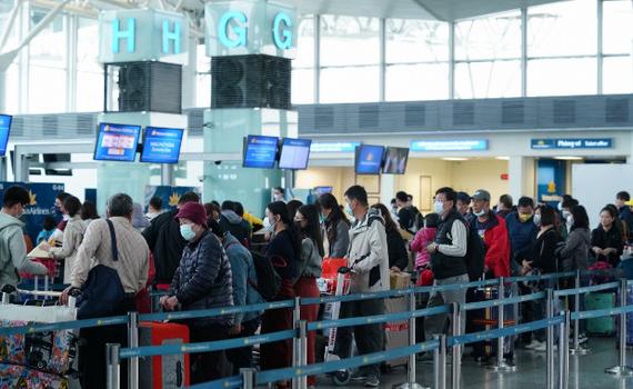Đi tàu, xe, máy bay dịp Tết: Phải có khẩu trang mới được vào sân bay, nhà ga