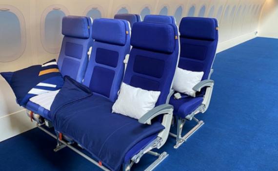 Máy bay ế ẩm, du khách được nằm ngủ thoải mái ngay tại khoang phổ thông