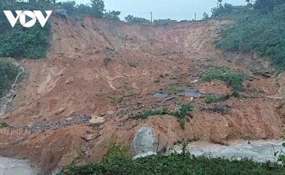 Miền Trung ngập lụt chia cắt nhiều nơi, giao thông ách tắc