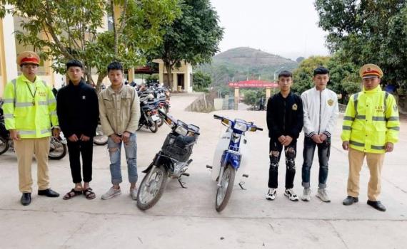 Xử phạt 2 thanh niên khoe dùng chân điều khiển xe máy trên mạng xã hội