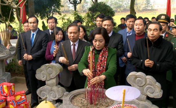 Các đồng chí lãnh đạo tỉnh dâng hương tại khu tưởng niệm đồng chí Lương Văn Thăng