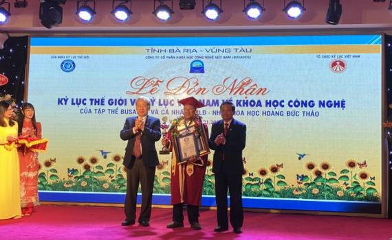 Chủ nhân công trình kè hồ Hoàn Kiếm nhận bằng xác lập kỷ lục thế giới