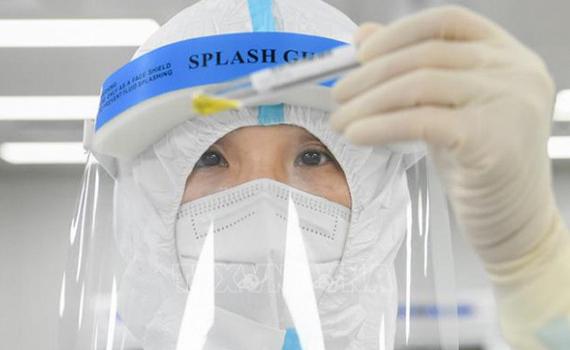 Trung Quốc: TP Thẩm Dương dùng robot lấy mẫu xét nghiệm virus SARS CoV-2