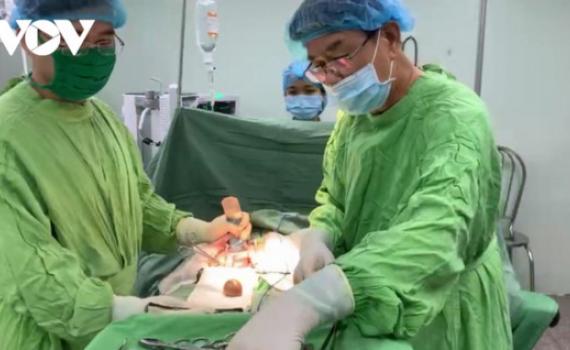 Phẫu thuật thành công lấy viên sỏi to bằng quả trứng cho cụ bà gần 90 tuổi