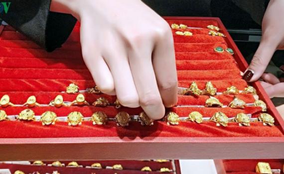 Giá vàng trong nước đi ngang khi giá vàng thế giới giảm