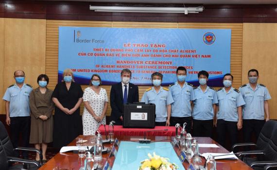 Hải quan Việt Nam tiếp nhận máy quang phổ phát hiện hoá chất