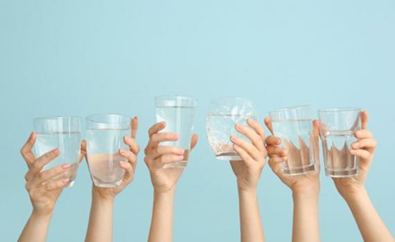 Đánh thức cơ thể bằng việc uống nước