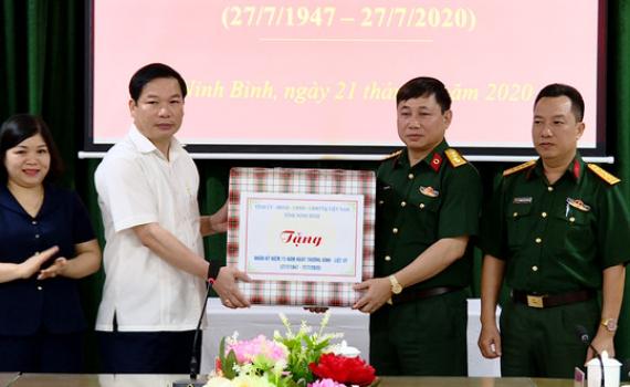 Đồng chí Tống Quang Thìn thăm, tặng quà tại Bệnh viện Quân y 5