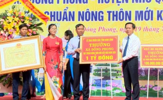 Đồng Phong đón bằng công nhận xã đạt chuẩn nông thôn mới kiểu mẫu