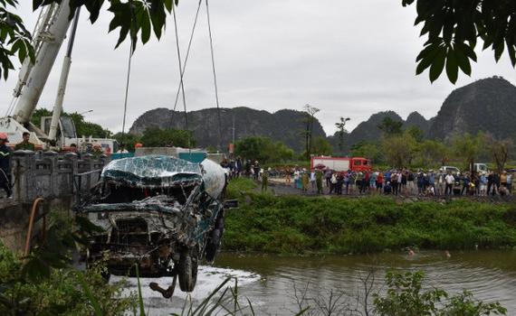 Cứu nạn cứu hộ thành công xe ô tô tải rơi xuống sông