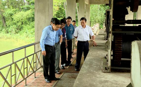 Đồng chí Phạm Quang Ngọc kiểm tra một số công trình phòng chống lụt bão