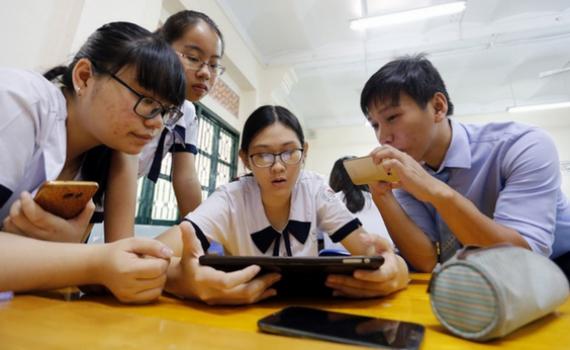 """Cần tiến tới học sinh sử dụng laptop, smartphone thay SGK"""