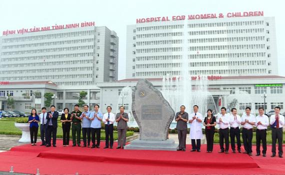 Gắn biển công trình Dự án Bệnh viện Sản Nhi Ninh Bình