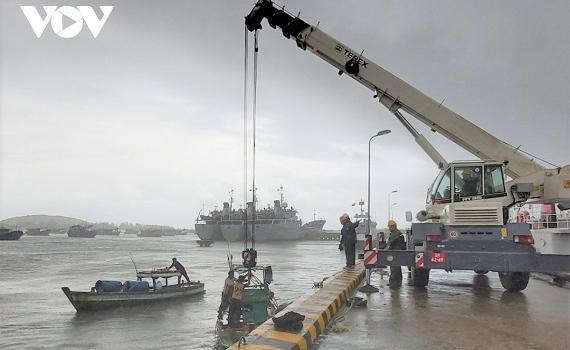 Hải quân Vùng 5 kéo tàu cá bị chìm trên biển lên bờ an toàn