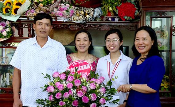 Hội LHPN tỉnh chúc mừng, tặng quà em Nguyễn Thị Thu Hằng