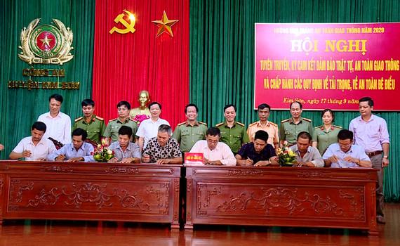 Kim Sơn tổ chức tuyên truyền, ký cam kết đảm bảo trật tự ATGT