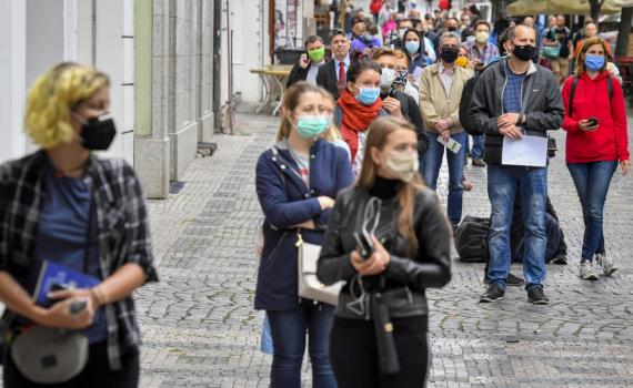 Thủ tướng Séc thừa nhận nới lỏng quy định đeo khẩu trang là sai lầm