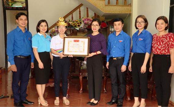 Tỉnh đoàn chúc mừng, tặng quà em Nguyễn Thị Thu Hằng
