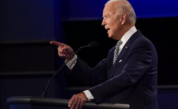"""Ứng viên Joe Biden cáo buộc Tổng thống Trump """"hoảng loạn"""" vì Covid-19"""