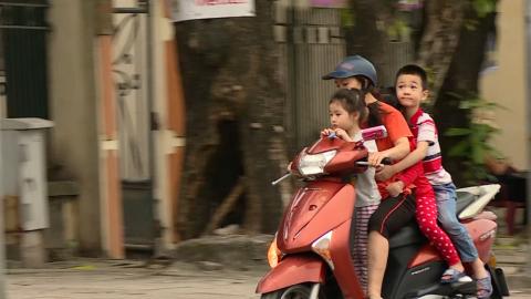 ATGT vì bình yên cuộc sống: Nguy hiểm hành vi không đội mũ bảo hiểm cho trẻ em khi tham gia giao thông