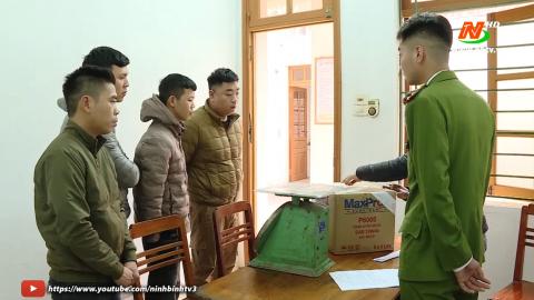 Công an thành phố Ninh Bình tạm giữ các đối tượng đốt pháo nổ trái phép