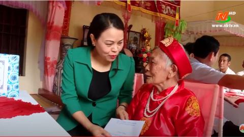 Đồng chí Bí thư Tỉnh ủy Nguyễn Thị Thu Hà tặng quà người cao tuổi tại huyện Hoa Lư.