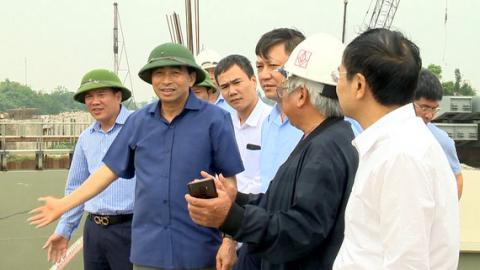 Đồng chí Đinh Văn Điến, Chủ tịch UBND kiểm tra các công trình phòng chống thiên tai và sản xuất