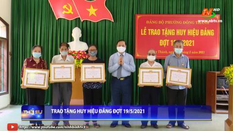 Trao tặng huy hiệu Đảng cho Đảng viên đợt 19/05/2021.