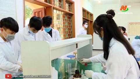 Trường THPT Nguyễn Huệ hướng dẫn học sinh điều chế nước rủa tay sát khuẩn